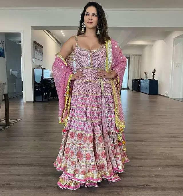 PHOTOS:- Sunny Leone showed her glamorous look!